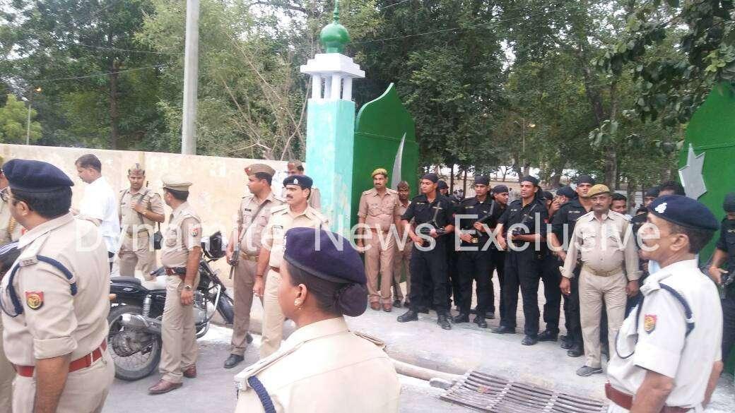 मस्जिद के बाहर तैनात पुलिस