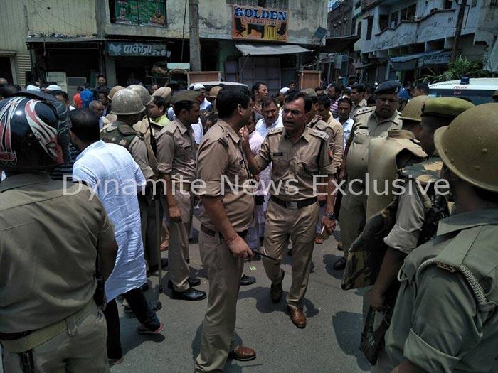 भीड़ और पुलिस के बीच फायरिंग और तोड़-फोड़