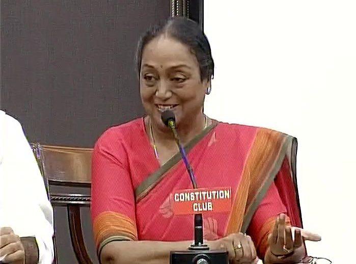 प्रेस कांफ्रेंस में  विपक्ष उम्मीदवार मीरा कुमार
