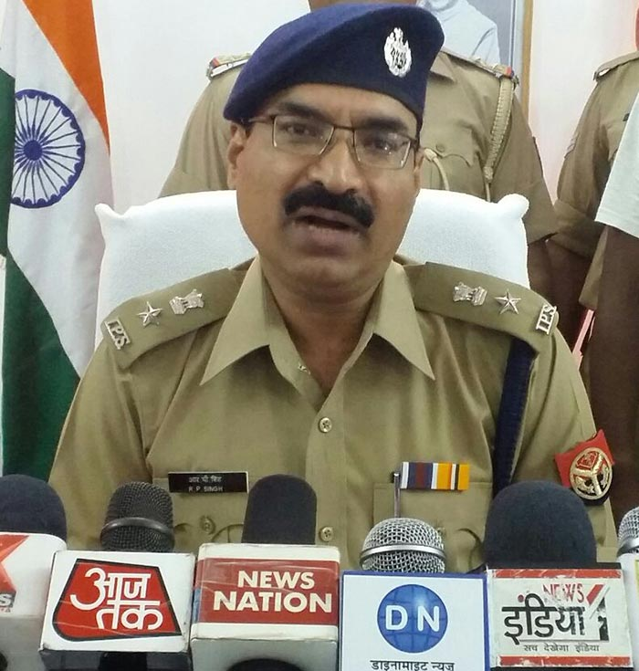 पत्रकारों से बात करते पुलिस अधीक्षक आरपी सिंह