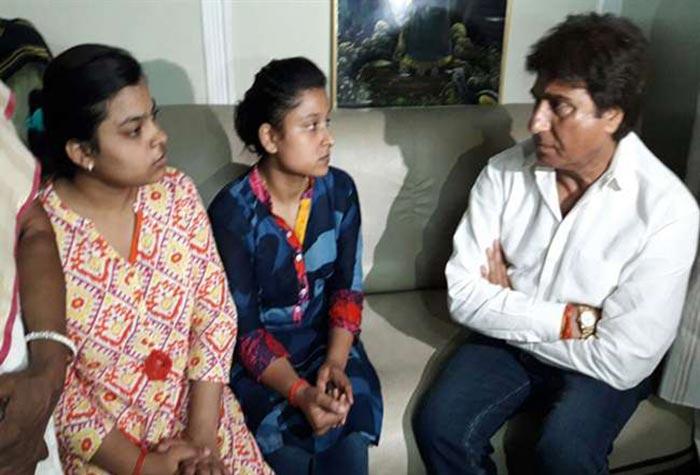 पीड़ित बच्चियों से मुलाकात करते राज बब्बर