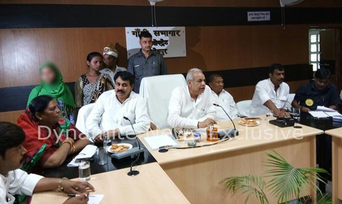प्रभारी मंत्री सत्यदेव पचौरी से मिलने पहुंची पीड़िता