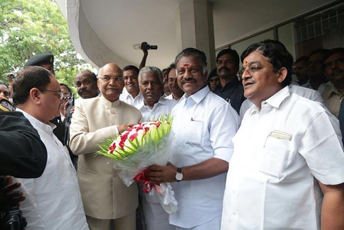 रामनाथ कोविंद का स्वागत करते पूर्व मुख्यमंत्री ओ. पन्नीरसेल्वम