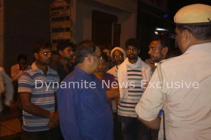 ग्रामीणों से बात करते एसपी कवीन्द्र प्रताप सिंह
