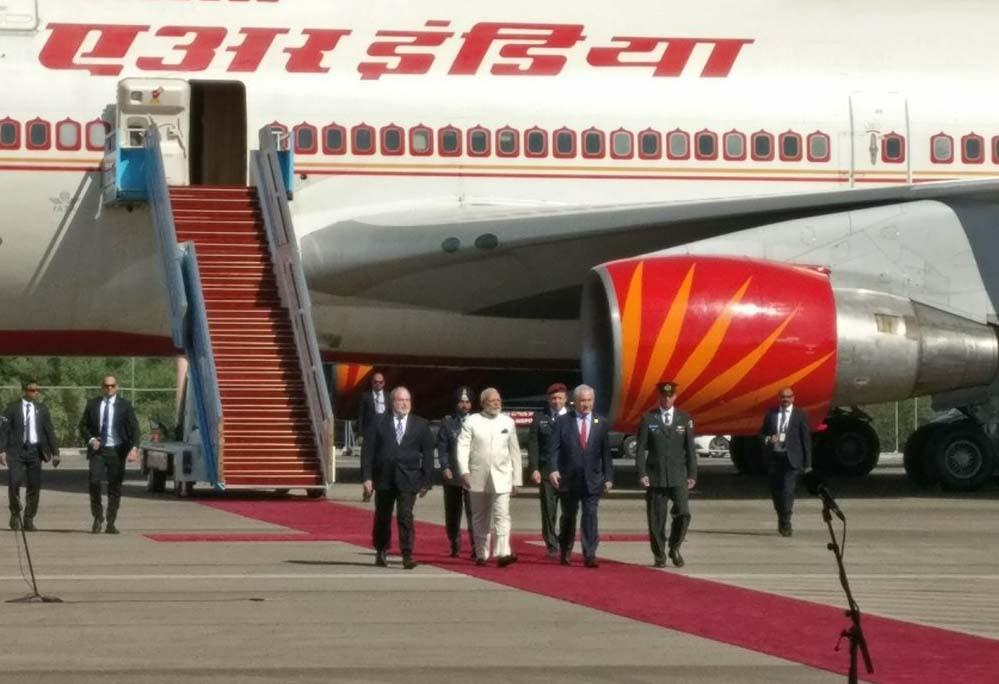 पीएम बेंजामिन नेतन्याहू ने गले मिलकर किया पीएम नरेंद्र मोदी  का स्वागत