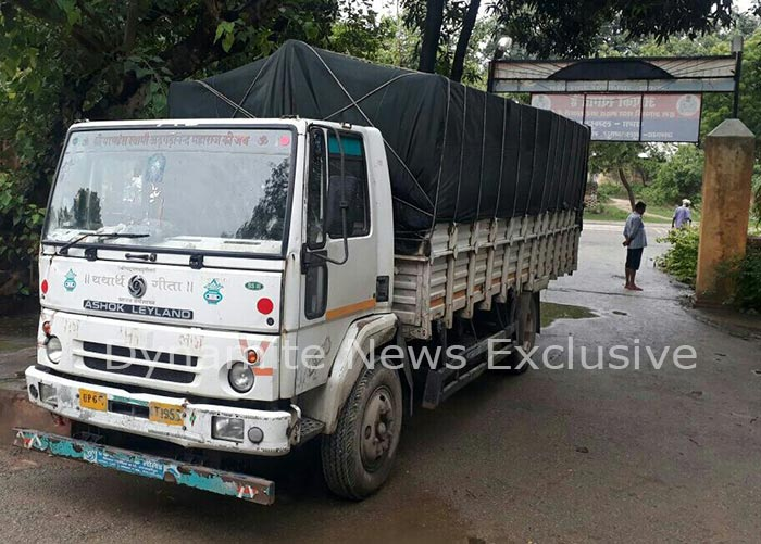 पुलिस ने पकड़ी शराब से भरी ट्रक
