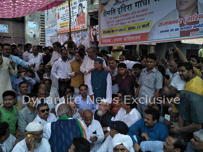 प्रदर्शन करते राज बब्बर और कांग्रेस कार्यकर्ता