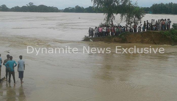 बांध टूटने के बाद गांव में भरा पानी