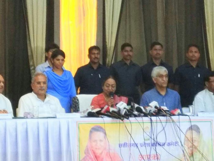 विधायकों के साथ बैठक करती मीरा कुमार