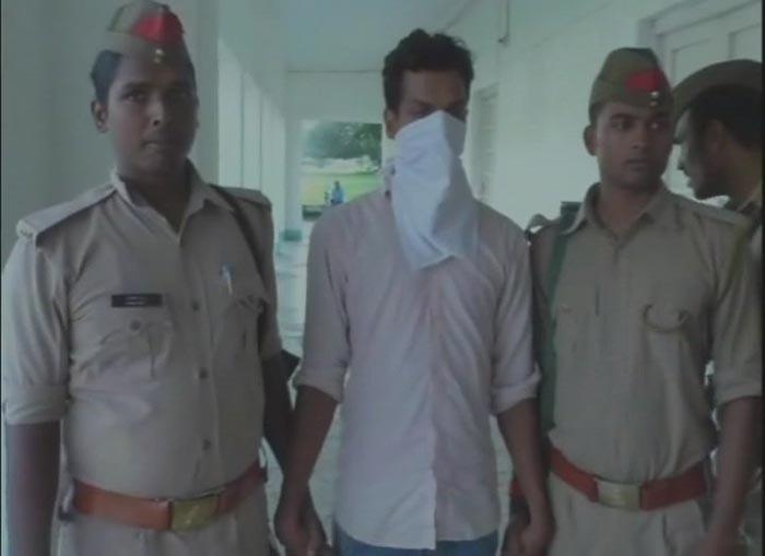 पुलिस की गिरफ्त में धमकी देने वाला युवक