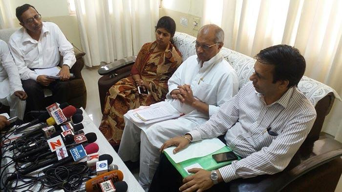 प्रेस कांफ्रेंस करते सिंचाई मंत्री धर्मपाल सिंह और मंत्री स्वाति सिंह