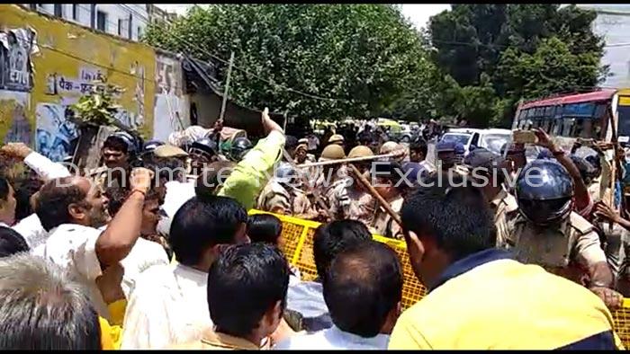 पुलिस और शिक्षकों के बीच झड़प