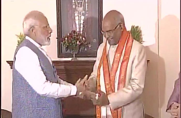 रामनाथ कोविंद को बधाई देते पीएम नरेंद्र मोदी