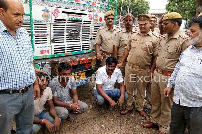 पुलिस की गिरफ्त में तस्कर