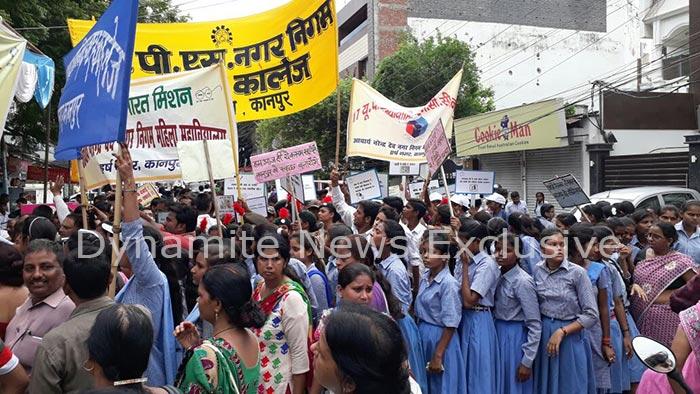 जागरूकता रैली निकालते बच्चे