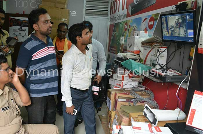 CCTV फुटेज देखती पुलिस की टीम