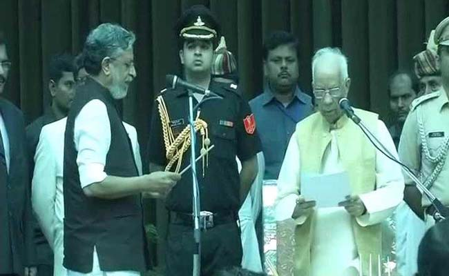 उप-मुख्यमंत्री पद की शपथ लेते सुशील मोदी