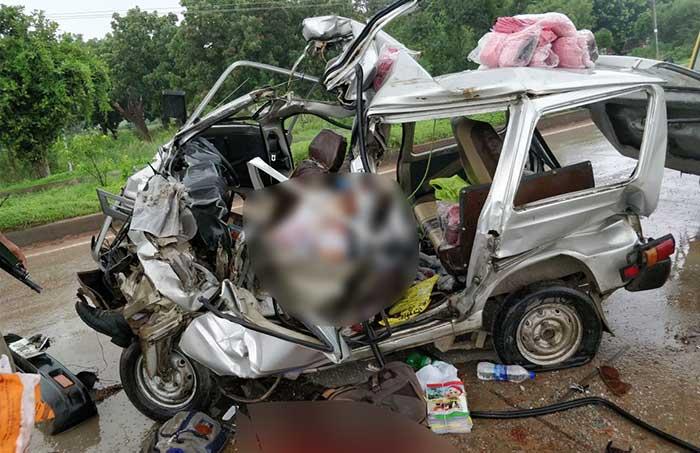 सड़क दुर्घटना में मारुती वैन के उड़े परखच्चे