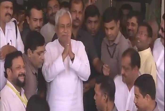 हाथ जोड़कर विधानसभा से बाहर निकलते नीतीश कुमार