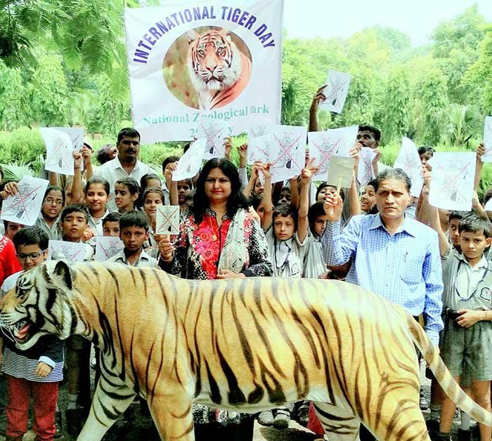 निदेशक रेनू सिंह के साथ स्कूली बच्चे और स्टाफ