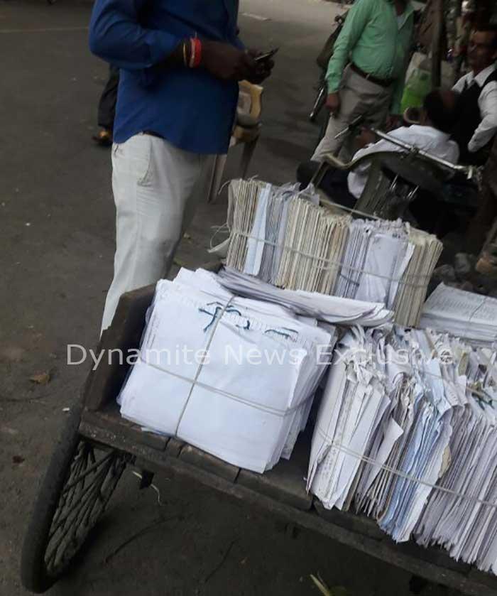 कबाड़ में बेची गई कापियां