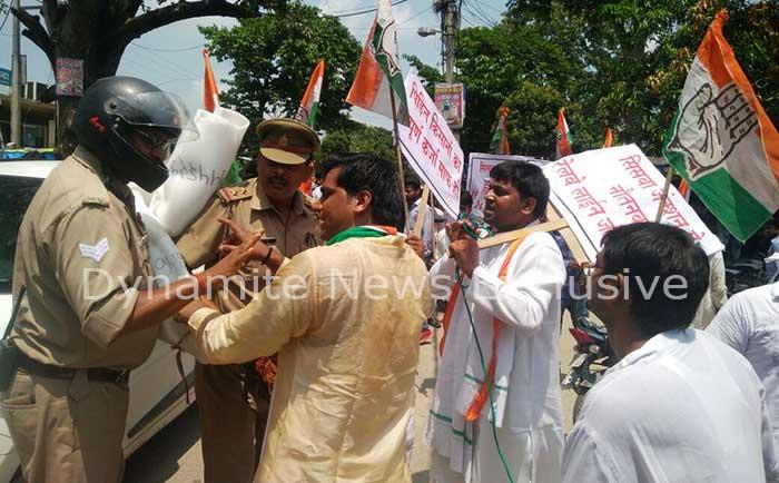 कांग्रेसी कार्यकर्ताओं और पुलिस के बीच झड़प