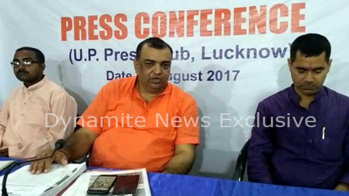 प्रेस कांफ्रेंस में पूर्व मंत्री शिवबहादुर सक्सेना के बेटे आकाश कुमार सक्सेना