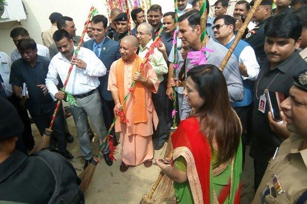 'स्वच्छता का शंखनाद' के बाद सफाई करते सीएम योगी और एक्टर अक्षय कुमार