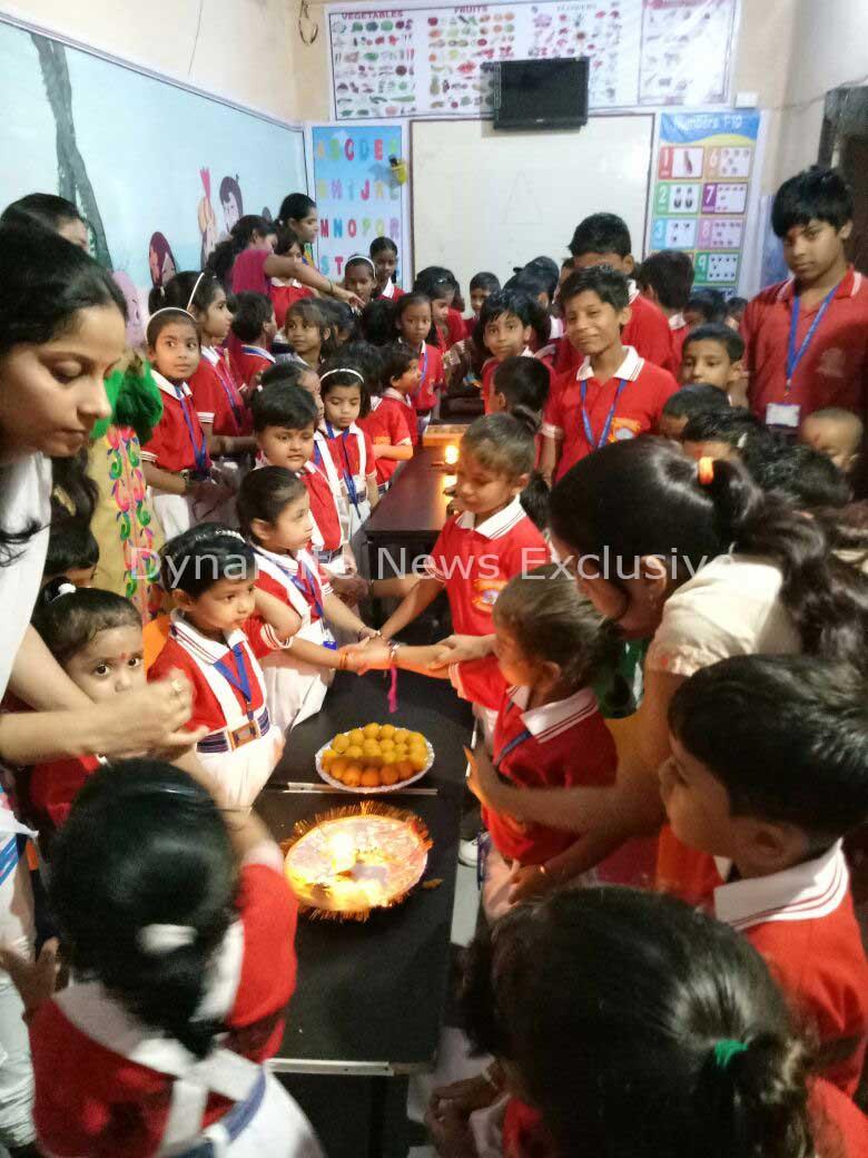 स्कूल में रक्षाबंधन का त्योहार मनाते बच्चे