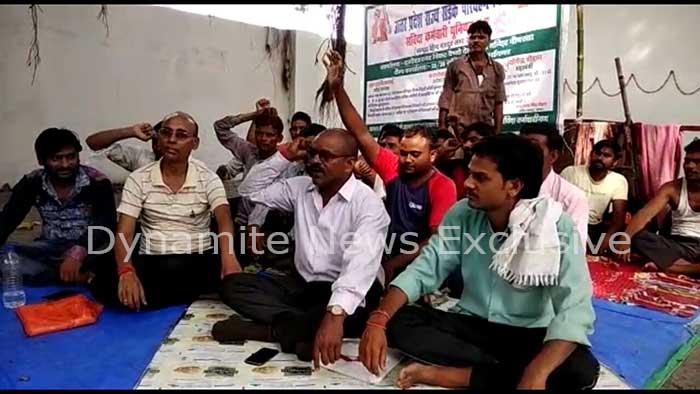 भूख हड़ताल पर बैठे  परिवहन निगम के संविदा कर्मचारी
