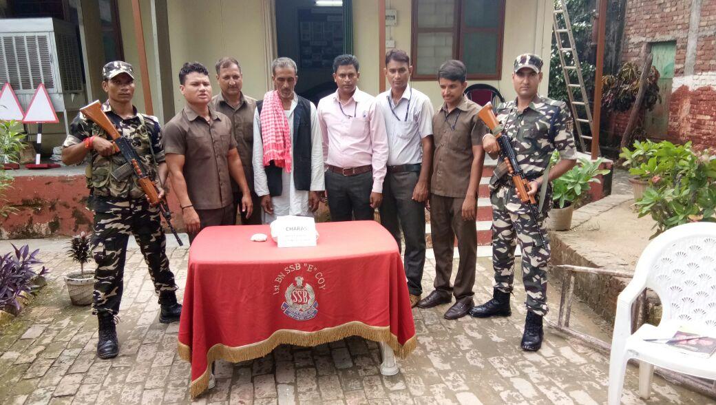 एसएसबी द्वारा गिरफ्तार तस्कर (बीच में) और बरामद चरस