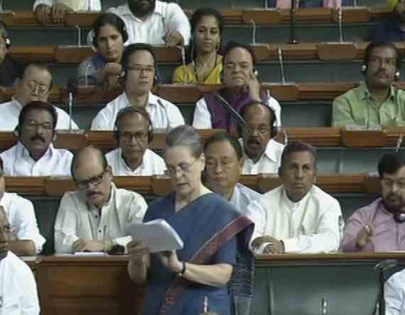संसद में बोलती हुई कांग्रेस अध्यक्ष सोनिया गांधी