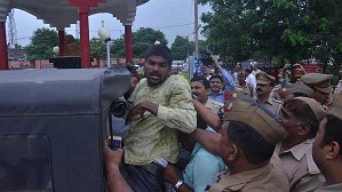 काला झंडा दिखाने वाले युवक को गिरफ्तार करती पुलिस