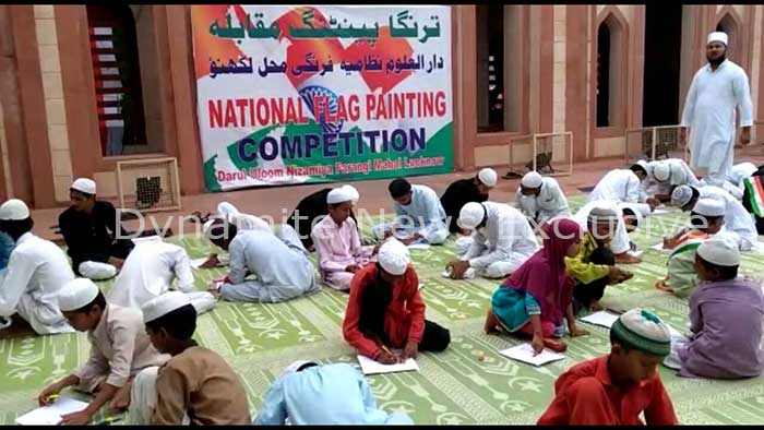 पेंटिंग प्रतियोगिता में चित्रकारी करते बच्चे