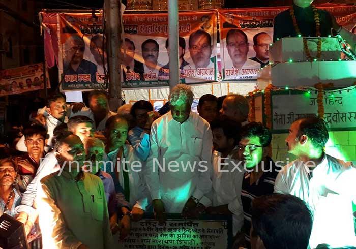 आधी रात को जश्न-ए-आजादी मनाते कांग्रेस कार्यकर्ता