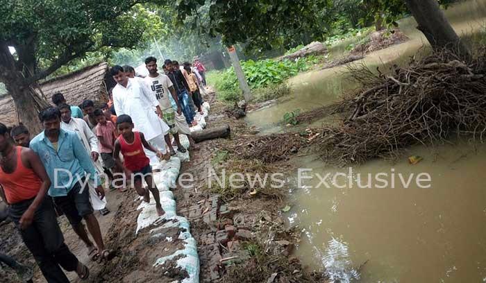 फरेंदा विधायक बजरंग बहादुर सिंह बाढ़ प्रभावित इलाके के दौरे पर