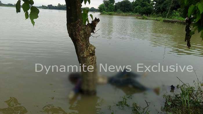 महराजगंज बाढ़ में पानी में बहता अज्ञात लाश पाया गया