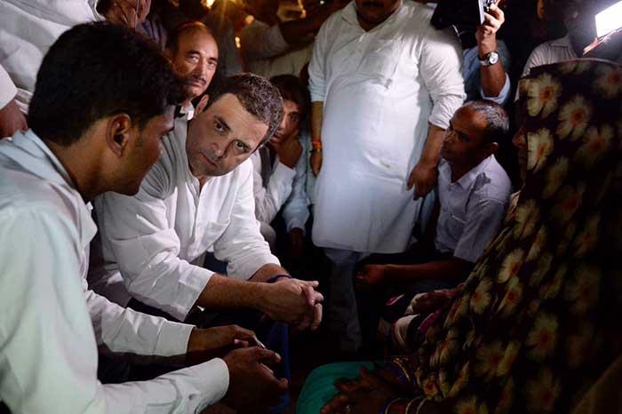 मृतक के परिजनों से मुलाकात  करते  राहुल गांधी