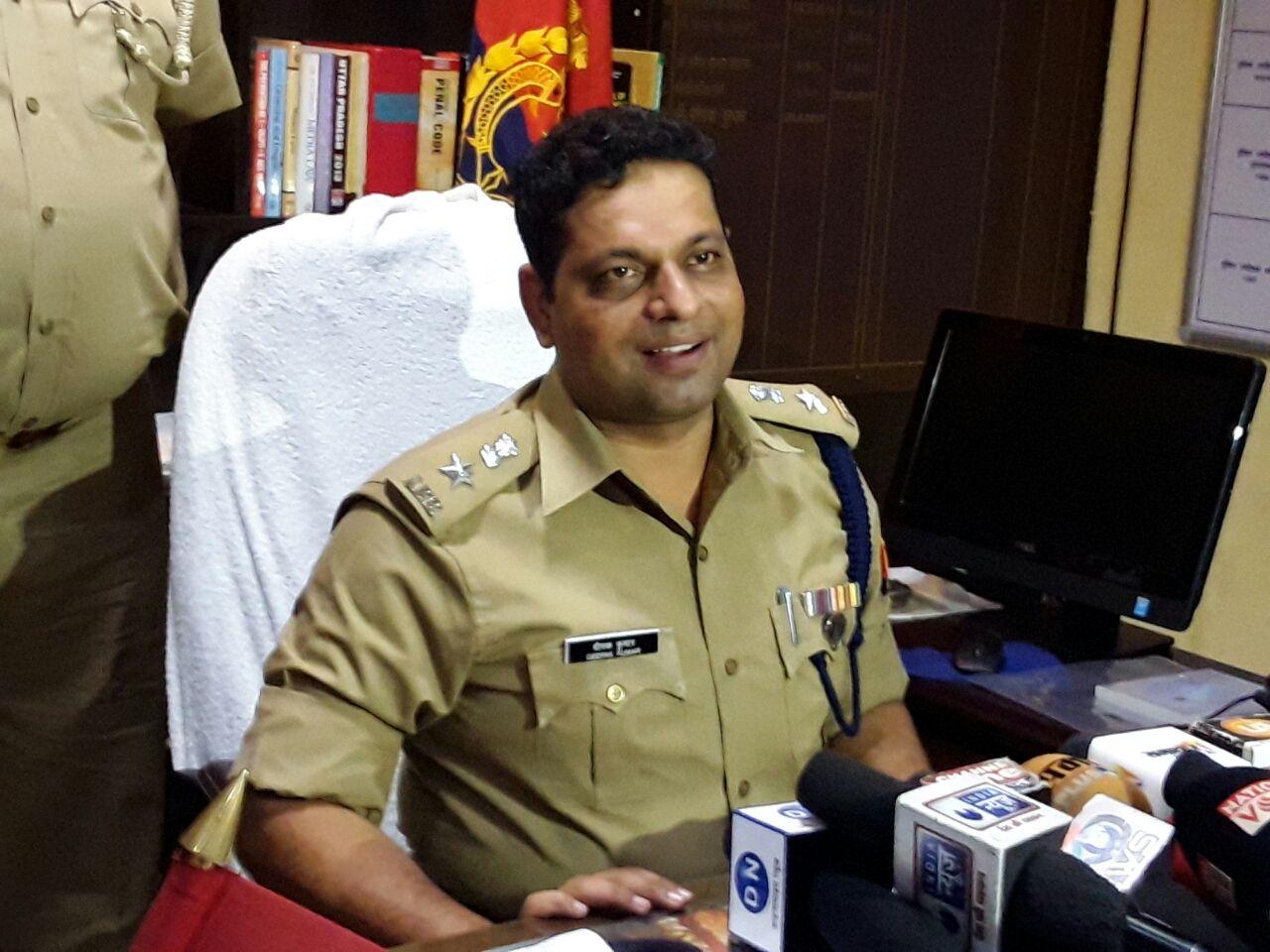 प्रेस कांफ्रेंस करते एसएसपी दीपक कुमार
