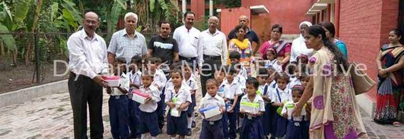 बच्चों  को मिठाई और गिफ्ट्स बांटते  शहीद के परिजन