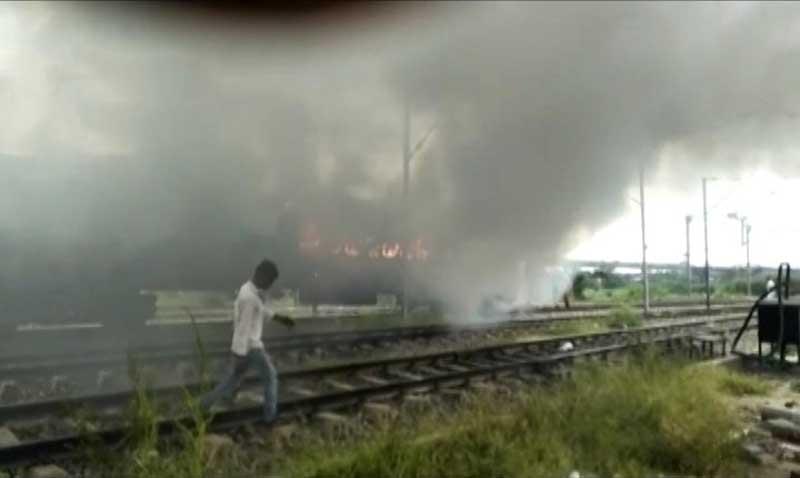 डेरा समर्थकों ने  ट्रेन-बसों में लगाई आग