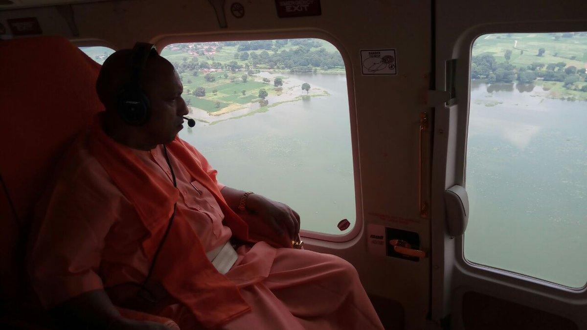 बाढ़ प्रभावित इलाकों का जायजा लेते सीएम योगी