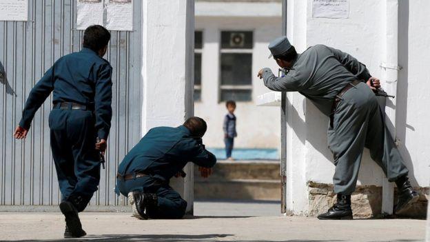 आंतकी हमले में बच्चे को बचाते पुलिसकर्मी