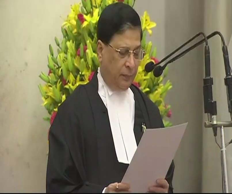न्यायमूर्ति दीपक मिश्रा मुख्य न्यायाधीश के रूप में शपथ लेते हुए