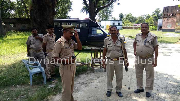 गांव में  तैनात पुलिस फोर्स