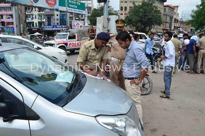 चेकिंग अभियान के दौरान ट्रैफिक पुलिस