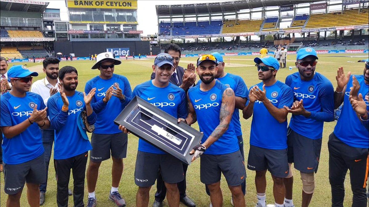 धोनी को चांदी का बल्ला गिफ्ट करते भारतीय खिलाड़ी