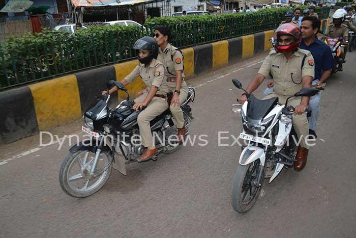 बाईक से रूट मार्च करते डीएम सुरेंद्र सिंह और डीआईजी सोनिया सिंह
