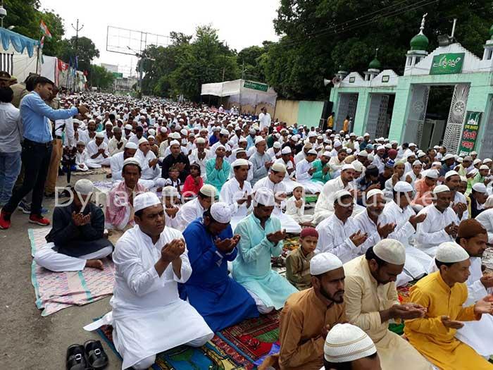 बड़ी ईदगाह पर  नमाज अदा करते नमाजी