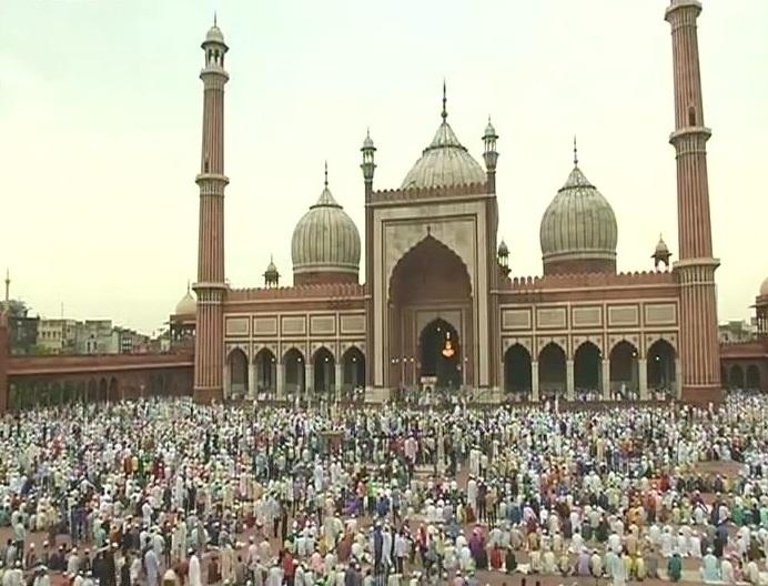 जामा मस्जिद में नमाज अदा करते नमाजी